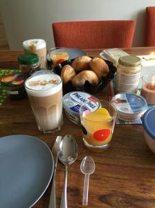 Frühstück Samstag. Man beachte den Tran-Löffel. Tran schon vor dem Frühstück. Yeah.