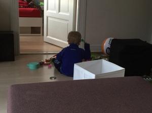 Das Kind übt Schlagzeug. Ich versuche dabei zu stillen. Haha. Stillen. Ha.