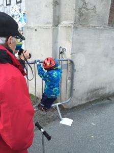 Herr Rabe und ich machen Fotos davon, wie das Kind eine Spinne bewundert.
