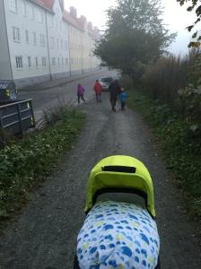 Noch mal das Kickboard ausführen. Nebel. Der Flughafen wurde inzwischen wegen Nebel geschlossen. Jieha, Norwegen.