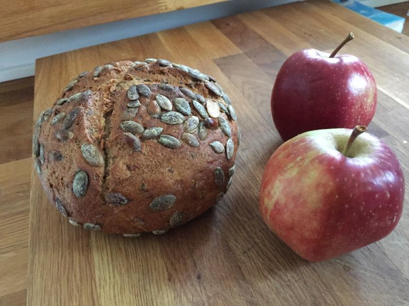 Gut, dass ich noch ein Brot gebacken hab, das hier ist ja eher so ein Brotlein. Aber köstlich. () Die eine Hälfte ist nach