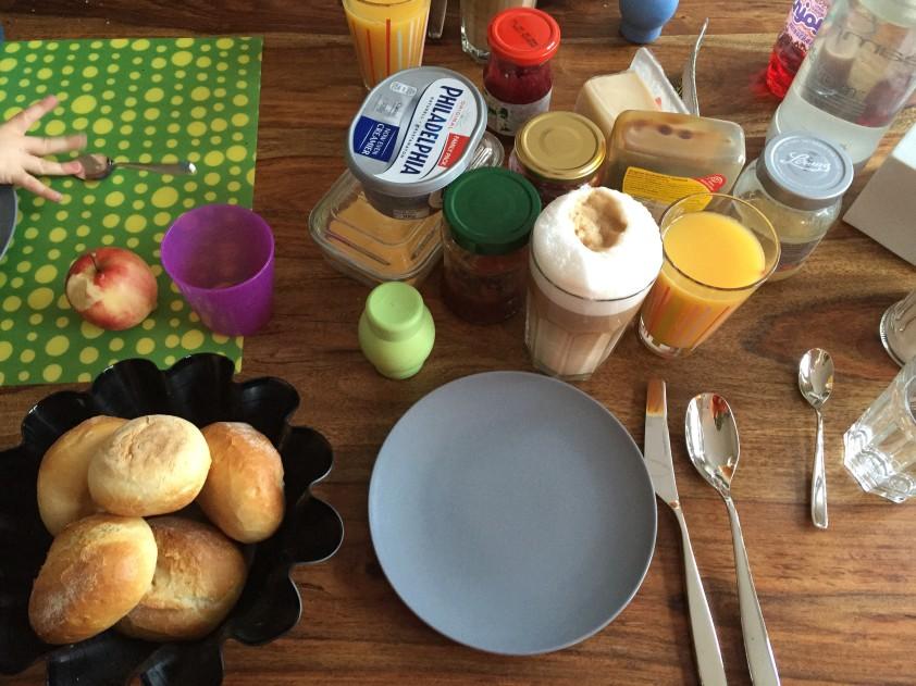 Sonntagmorgenfrühstück mit gieriger Kinderhand.