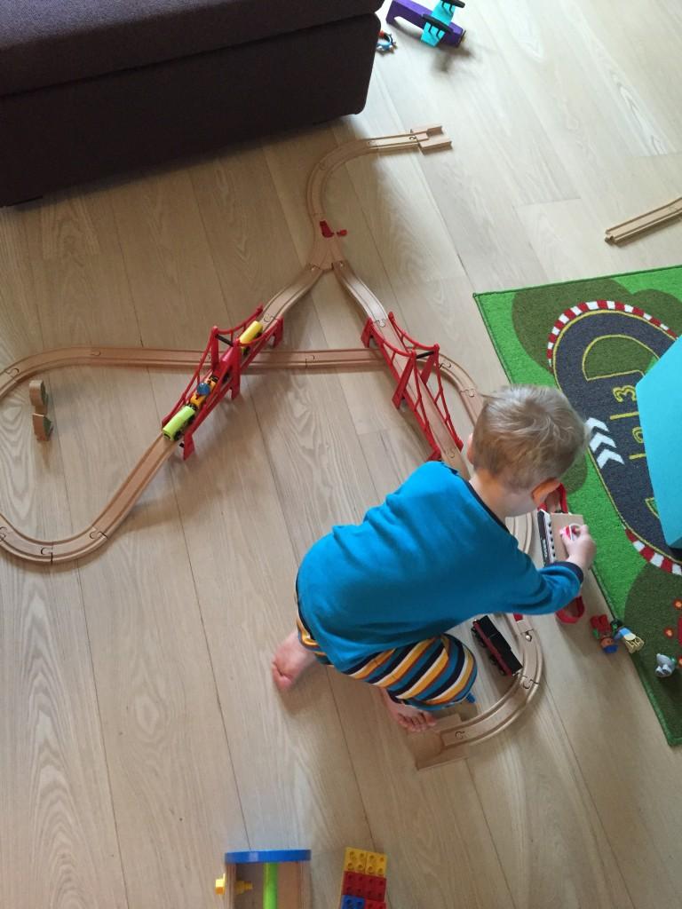Danach erstmal Zug bauen. Mit Weichen (gabs zum Geburtstag von Tante H.) kann man Papa echt fancy shit aufbauen.