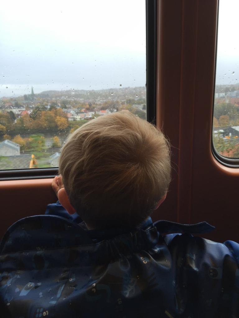 Zum See mit der Bimmelbahn fahren. Durch den Regen, aber trotzdem voller Begeisterung, weil Bimmelbahn. Das Kind liebt ÖPNV.