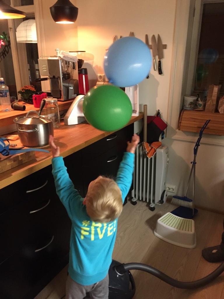 Aufräumen und Putzen. Ich sinniere darüber, ob die Welt wohl ein besserer Ort wäre, wenn alle nur noch mit Luftballons, die überm Staubsauger schweben, saugen würden. Also alle, auch kinderlose Singles. Vor allem die, eigentlich.