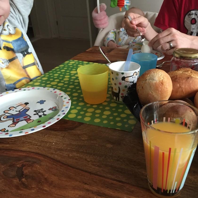 Frühstück im Mimjims-Pulli. Der Babystuhl ist von Syphilis befallen.