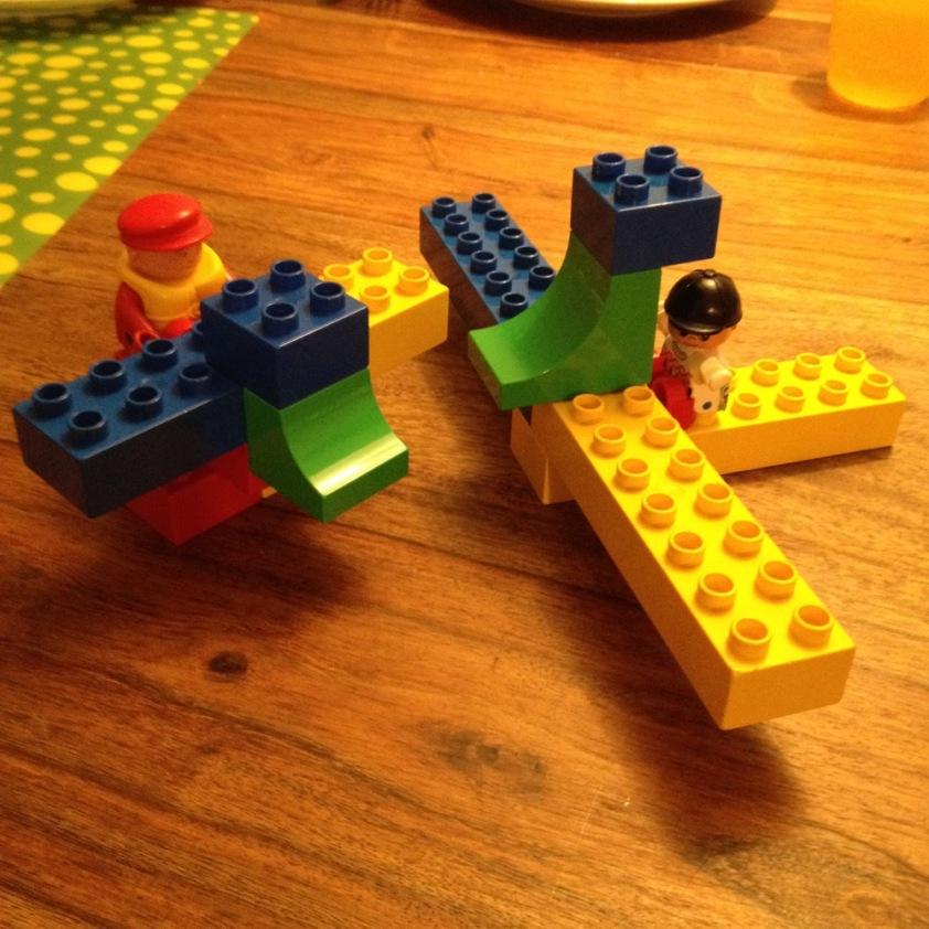 Das Kind hat mit Herrn Rabe zwei Drachen gebaut. Einen großen für das Kind und einen kleinen für Herrn Rabe.