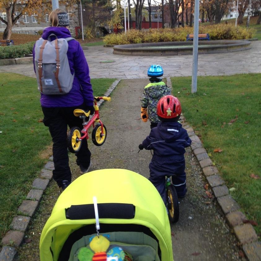 Das Kind (roter Helm) hat Besuch von Freund E. (blauer Helm).