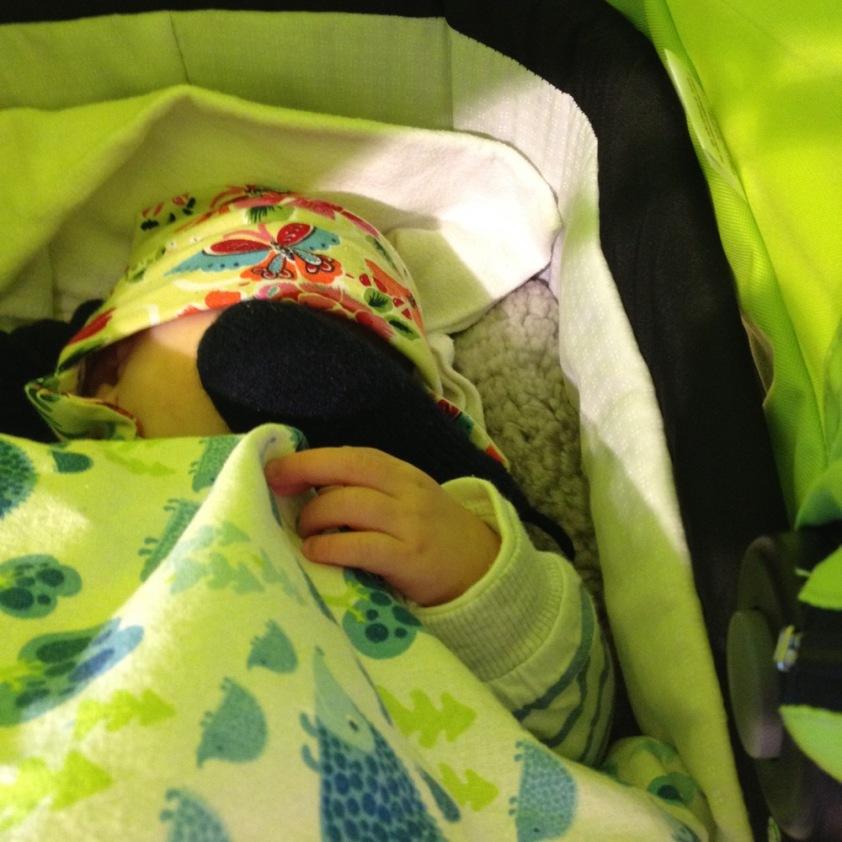 Das Baby hat sich zum schlafen schon wieder das Licht ausgemacht. Diesmal mit dem Handschuh.